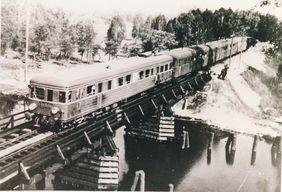 Der 1943 ausgelieferte T5 überquert den Oder-Havel-Kanal bei Zerpenschleuse.