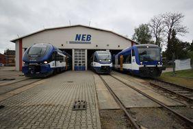 Triebwagen vor den Werkstoren der NEB