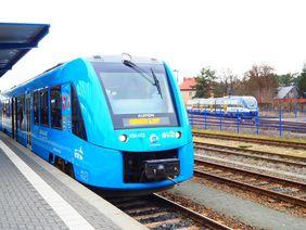 Coradia iLint und NEB-Triebwagen in Basdorf